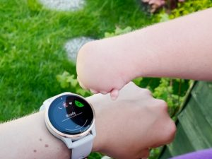A wrist is shown that displays a smart watch at the start of physical activity